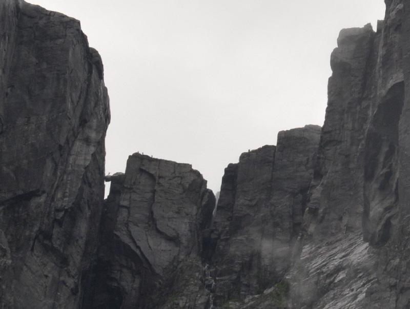 Каменная горошина на берегу Люсе-фьорда в южной Норвегии